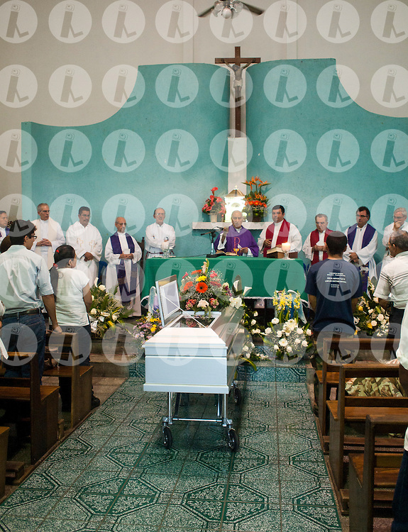 Father Jhon Sobrino and religious leaders during the funeral Mass at the parish of Barrio Santa Anita in San Salvador for Miguel Cavada Diez.Photo Edgar ROMERO/Imagenes Libres.