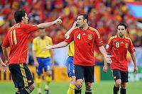 FUSSBALL EUROPAMEISTERSCHAFT 2008  Schweden - Spanien    14.06.2008 Die Spanier Joan Capdevilla (ESP), Carlos Marchena (ESP) und Xavi Hernandez (ESP, von links) waehrend des Spiels.