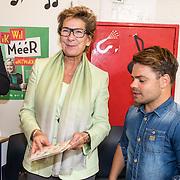 NLD/hoofddorp/20160923 - Kick-off' BZT Show + Méér Muziek in de Klas, Janine van de Ende - Klijburg krijgt een CD van Roel van Velzen