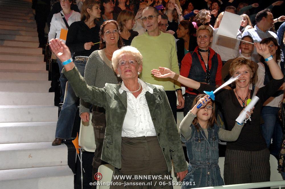 NLD/Hilversum/20070309 - 9e Live uitzending SBS Sterrendansen op het IJs 2007, moeder van Gerard Joling, kleinkind dansend en zwaaiend op de tribune