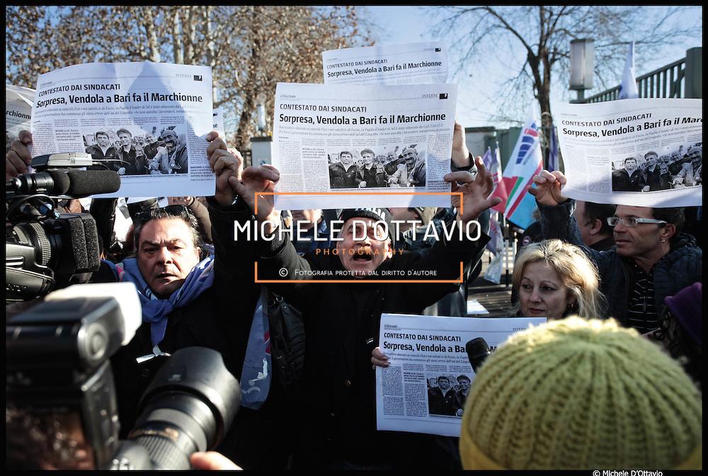 """12 gennaio Torino, Nichi Vendola ai cancelli Fiat Mirafiori  e volantinaggio per il referendum sul nuovo contratto ..Un gruppo di militanti del Fismic con le fotocopie de """"Il Giornale"""" che recano il titolo: """"Vendola in Puglia fa come Marchionne"""", contestano Nichi Vendola"""