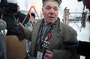 Ein ukrainischer Überlebender des Konzentrationslagers Auschwitz Birkenau auf dem Weg zu den Gedenkfeiern zur 60. Jährigen Befreiung des Konzentrationslagers durch die Rote Armee am 27. Januar 1945. Der Überlebende trägt eine ehemalige Häftlingsuniform. Dies kurz vor dem Beginn der Gedenkfeiern in Auschwitz Birkenau am 27.01.2005.