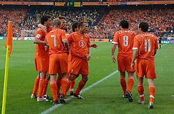 04-06-2005 VOETBAL: NEDERLAND-ROEMENIE: ROTTERDAM <br /> Het Nederlands elftal heeft weer een stap gezet richting het WK van volgend jaar in Duitsland. In Rotterdam werd Roemenië met 2-0 verslagen / Arjen Robben scoort de 1-0 en wordt gefeliciteerd<br /> ©2005-WWW.FOTOHOOGENDOORN.NL
