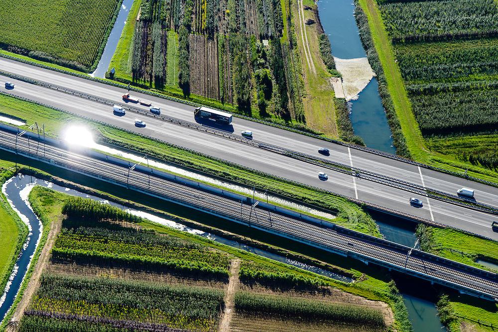 Nederland, Gelderland, Gemeente Neder-Betuwe, 30-09-2015; goederenspoorlijn Betuweroute tussen Duitsland en de Haven van Rotterdam. Omgeving Ochten, de autosnelweg A15 loopt parallell aan de spoorlijn evenals rivier De Linge..<br /> Betuweroute freight railroad from Port of Rotterdam to Germany. A15 motorway runs parallell to the railroad.<br /> luchtfoto (toeslag op standard tarieven);<br /> aerial photo (additional fee required);<br /> copyright foto/photo Siebe Swart