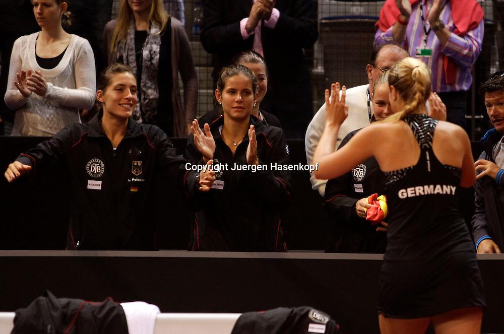 Fed Cup 2011 in Stuttgart, internationales ITF  Damen Tennis Turnier, Mannschafts Wettbewerb, team competition, die deutsche Mannschaft gratuliert der Siegerin Sabine Lisicki (GER),