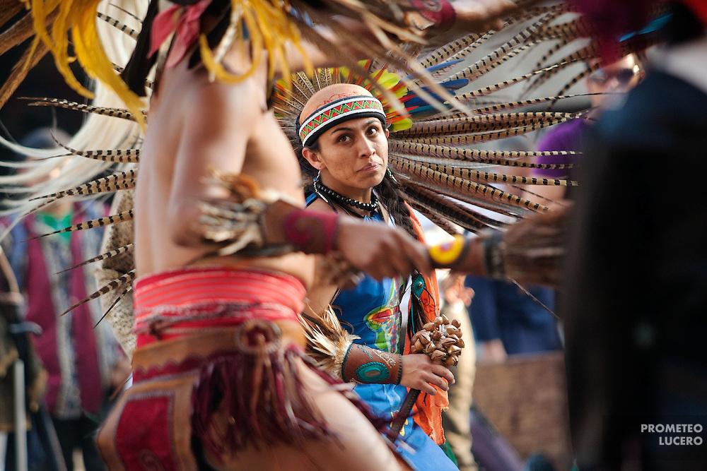 Un grupo de danzantes prehispánicos danza en la plaza Tolsá, en el centro de la Ciudad de México, el 23 de febrero de 2014, día que se conmemora el natalicio de Cuauhtémoc. Algunos grupos, también conocidos como calpulli, buscan mantener vivas las tradiciones mexicas. (Foto: Prometeo Lucero)