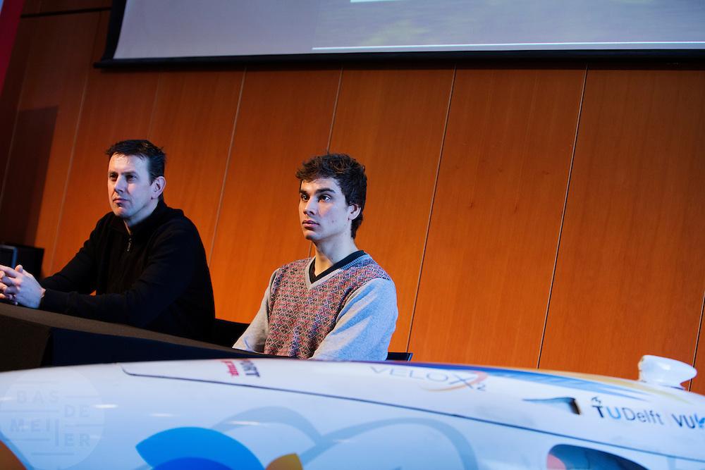Het Human Power Team Delft en Amsterdam (HPT) en Elan Racing Team presenteren de rijders die in september een poging gaan wagen het wereldrecord mensaangedreven voertuigen te verbreken. Dat staat nu op 133 km/h. Voor HPT gaan Sebastiaan Bowier (rechts) en Wil Baselemans (links) rijden, Elan Racing Team heeft Jan Bos, Johanneke Vis en Ellen van Vugt rijden.<br /> <br /> The Human Power Team Delft and Amsterdam (HPT) and Elan Racing Team are presenting the cyclists for the record attempt with human powered vehicles. Sebastiaan Bowier (rights) and Wil Baselmans (left) will ride for the HPT, Jan Bos, Ellen van Vugt and Johanneke Vis will ride for the Elan Racing Team.