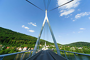 moderne Brücke über den Neckar in Zwingenberg, Baden-Württemberg, Deutschland | modern bridge over the Neckar in Zwingenberg, Baden-Württemberg, Germany