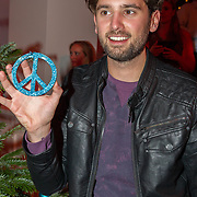 NLD/Hilversum/20151207- Sky Radio's Christmas Tree for Charity, Ruud Feltkamp met een peace teken