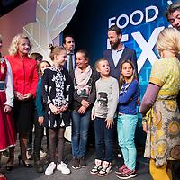 Nederland, Arnhem 13 oktober 2016.<br /> <br /> Staatssecretaris Martijn van Dam opent Dutch Agri Food Week: een week lang evenementen over voedsel en gezondheid zoals kinderkookwedstrijden, open boerentours en digitale voedselcollege's. Van 12 t/m 25 oktober door heel Nederland. Samen met kinderen en sprookjesbosbewoners van attractiepark de Efteling laat hij zien dat gezond eten ook 'fun' kan zijn door het aannemen van een Gulle Knapzak vol groentefriet, bietenburger en zwarte rijst popcorn. <br /> ----<br /> Tijdens Dutch Agri Food Week staan voedsel, voedselinnovatie en voedselproductie centraal. Boeren, ondernemers uit toeleverende en verwerkende industrie, retail, overheid en wetenschappers laten zien hoe zij werken aan veilig en gezond voedsel voor onszelf en voor straks 9 miljard mensen wereldwijd. Het doel van de week is innovatie te versterken, kennis te delen en vooral ook om te genieten van gezonde voeding. (bron:http://dutchagrifoodweek.nl)<br /> <br /> Foto: Jean-Pierre Jans