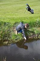 GOUDA - GOLFBAAN IJSSELWEIDE , kennismaken met golf tijdens Open Golfdag, Bal in de waterhindernis. COPYRIGHT KOEN SUYK