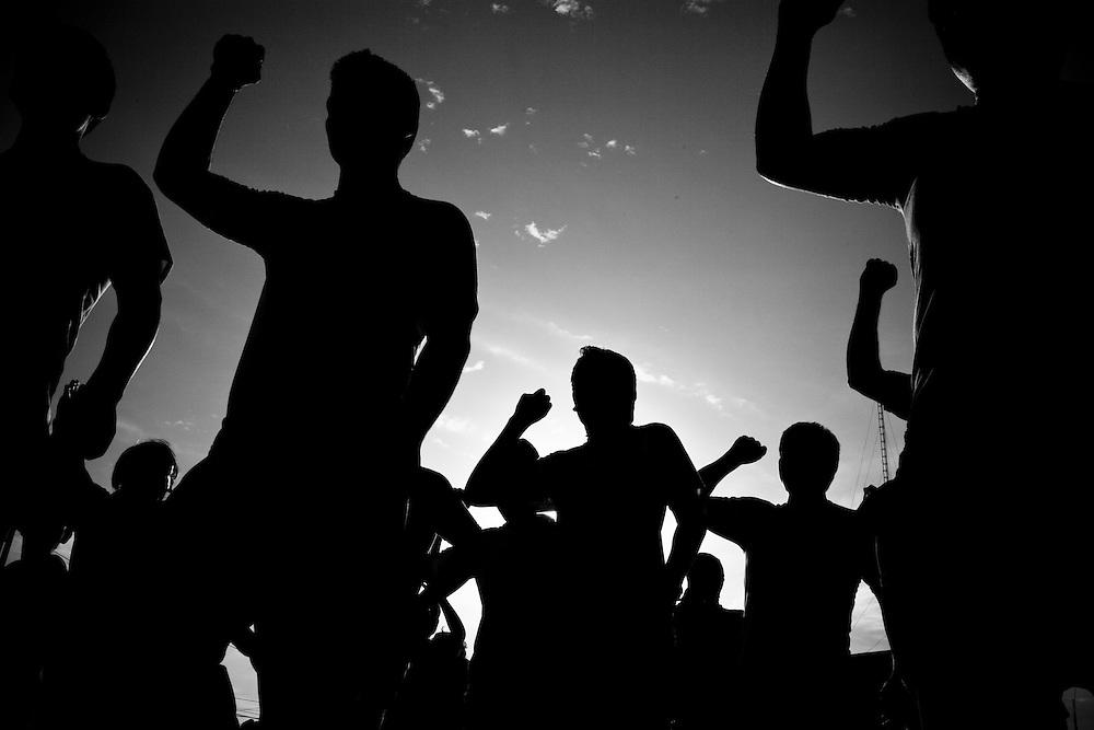 La madrugada del 2 de mayo de 1992, el grupo paramilitar Colina incursiono en diferentes viviendas del distrito Ancashino del Santa. Esa misma noche 9 personas fueron llevadas con rumbo desconocido bajo  la mirada impotente de sus familiares. 19 años después, enterrados a unos cuantos kilómetros del lugar de donde fueron secuestrados, los cadáveres de los nueve campesinos fueron encontrados y entregados a sus familiares para ser velados y luego enterrados. Así, finalizando uno de los capítulos mas  largos y doloroso que dejo la  dictadura de Alberto Fujimori ( hoy preso por  dos casos de violación de los derechos humanos).