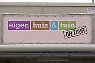 AMSTERDAM - De nieuwe Eigen Huis & Tuin On Tour klus container is vandaag gepresenteerd door RTL. Met hier op de foto de banner van Eigen Huis & Tuin On Tour. FOTO LEVIN DEN BOER - PERSFOTO.NU