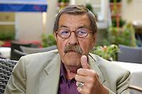 22 AUG 2005, BERLIN/GERMANY:<br /> Guenter Grass, Autor und Literaturnobelpreistraeger, waehrend einem Interview, Hotel Albrechtshof<br /> Guenter Grass, Author and Nobel price winner, during an interview<br /> IMAGE: 20050822-02-018<br /> KEYWORDS: Günter Grass, Schriftsteller, writer