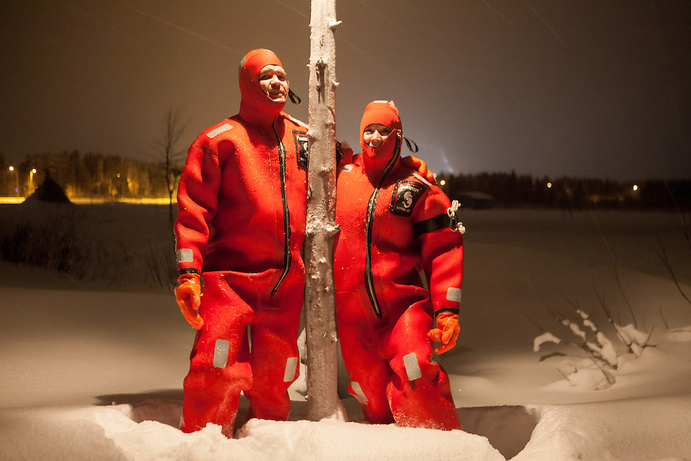 FINNLAND - Lappland - REISE/Travel; Region um Kittilä im Norden Lapplands; Skigebiete, Winter, Schnee; Die Region Ylläs in Lappland besteht aus sieben Fjälls, wobei der Ylläs-Fjäll.mit 718 Metern einer der höchsten in Lappland ist. HIER: Ice Floating in speziellen Thermoanzug im See Ylläsjärvi, Ylläs, 16.01.2011