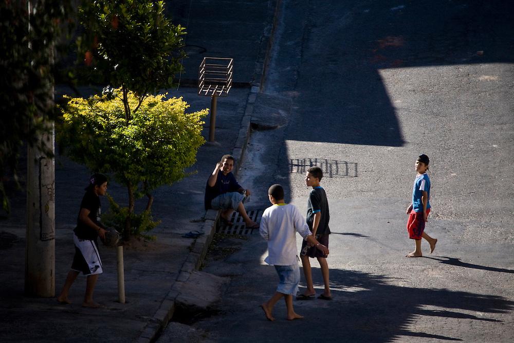 Belo Horizonte_MG, Brasil...Garotos brincando no bairro Goiania em Belo Horizonte, Minas Gerais...The boys playing in Goiania neighborhood in Belo Horizonte, Minas Gerais...Foto: JOAO MARCOS ROSA / NITRO