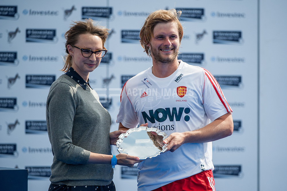 Ashley Jackson (ENG) picks up the leading scorer plate from Investec's May Auster. Investec London Cup, Lee Valley Hockey & Tennis Centre, London, UK on 13 July 2014. Photo: Simon Parker