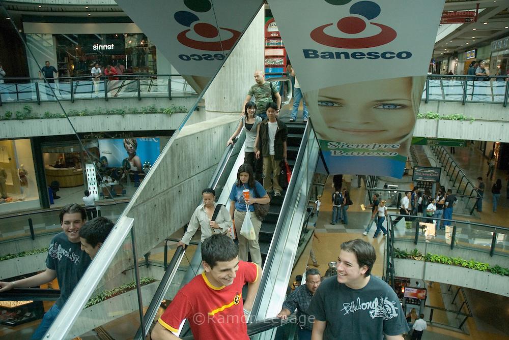 Consumidores venezolanos compran electrodomésticos en el centro comercial Sambil de Caracas. Muchas personas compran bienes debido al gran flujo de gastos de gobierno, créditos bancarios privados y el miedo a la inflación.  Uno de los hechos económicos más importantes, en estos años, ha sido el control monetario impuesto por la administración de Chávez, colocando el precio del dólar a 2150 bolívares mientras que en el mercado negro se vende de 3500 a 4200 bolívares, y limitando el cupo de consumo en gastos electrónicos y de viajes. Caracas, 6-03-07 (Ramón Lepage/Orinoquiaphoto)  Venezuelan consumers shopping for electronic and home appliances at the Sambil mall in Caracas, March 06, 2007. Many people are buying goods due to the large cash flow from government spending, enticing private bank loans and also fears of inflation in the economy. The Chavez adminitration implemented more than 3 years ago a currency control, setting the the price of 2150 bolivares per dollar while the black market price is about 3500 to 4200 bolivares. Venezuelans are allowed to spend during the year up to  $ 5000 for travel and $3000 for internet shopping. (Ramón Lepage/Orinoquiaphoto)