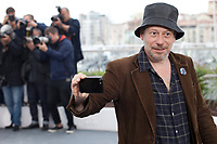 Actor, Mathieu Amalric filming the photographers at the Le Grand Bain (Sink Or Swim) film photo call at the 71st Cannes Film Festival, Sunday 13th May 2018, Cannes, France. Photo credit: Doreen Kennedy