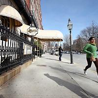 """Verenigde Staten,Boston, Massachusetts , 22 februari 2010..Boston is de hoofdstad en grootste stad van de Amerikaanse staat Massachusetts. Het wordt ook beschouwd als de officieuze hoofdstad van New England. De stad ligt in Suffolk County. De inwoners worden Bostonians genoemd..Boston is een van de oudste en rijkste steden van de Verenigde Staten, met een economie gebaseerd op financiële diensten, verzekeringen, onderwijs, hightechproducten en -research, en medische diensten en research (bijvoorbeeld door Bostons wereldvermaarde gespecialiseerde ziekenhuizen). Sinds 1993 is Thomas Menino burgemeester van Boston. Hij is een Democraat en de eerste burgemeester van Italiaanse afkomst in de geschiedenis van Boston..Op de foto zien we de buitenkant van de bar Cheers op 84 Beacon Street naar de gelijknamige televisieserie .  Cheers is een Amerikaanse sitcom, die zich afspeelt rondom, maar grotendeels in de gelijknamige bar """"Cheers"""". De serie liep van 1982 tot 1993, in deze periode werden 273 afleveringen opgenomen en uitgezonden. In Nederland werd de serie door de NCRV uitgezonden..Foto:Jean-Pierre Jans"""