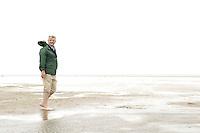 10 AUG 2005 WESTERHEVER/GERMANY:<br /> Joschka Fischer, B90/Gruene, Bundesaussenminister, allein und barfuss im Watt, waehrend Wattwanderung an der Nordsee<br /> IMAGE: 20050810-01-031<br /> KEYWORDS: Watt, Wanderung, Kueste, Küste, Wahlkampf, Bundestagswahl