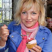 NLD/Elst/20120419 - Yvon Jaspers lanceert servieslijn, Yvon Jaspers versiert cupcakes