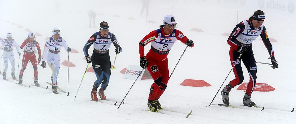 GEPA-26021156019 - OSLO,NORWEGEN,26.FEB.11 - SKI NORDISCH, LANGLAUFEN - FIS Nordische Ski Weltmeisterschaften 2011, Holmenkollen, 15km Doppelverfolgung der Damen. Bild zeigt von links Anna Haag (SWE), Therese Johaug (NOR), Charlotte Kalla (SWE), Aino Kaisa Saarinen (FIN), Marit Bjoergen (NOR) und Justyna Kowalczyk (POL)..FOTO: WROFOTO / GEPA / OLIVER LERCH..*** !!! POLAND ONLY !!! ***