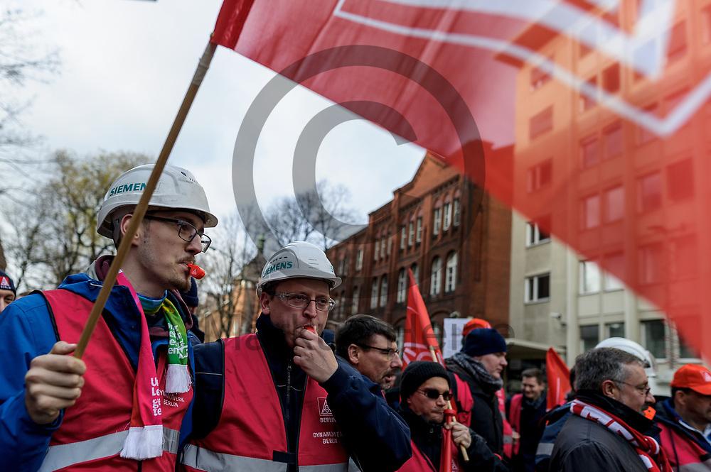 Deutschland, Berlin - 20.11.2017<br /> <br /> Teilnehmer der Kundgebung pfeifen auf Trillerpfeifen. Mitarbeiter des Siemens-Gasturbinenwerkes umarmen symbolisch, w&auml;hrend einer Kundgebung ihr Werk. In dem Gasturbinenwerk will Siemens 300 Arbeitspl&auml;tze abbauen.<br /> <br /> Germany, Berlin - 20.11.2017<br /> <br /> Participants of the rally whistle on whistles. Employees of the Siemens gas turbine factory symbolically embrace their factory during a rally. Siemens wants to reduce 300 jobs in the gas turbine plant.<br /> <br />  Foto: Markus Heine<br /> <br /> ------------------------------<br /> <br /> Ver&ouml;ffentlichung nur mit Fotografennennung, sowie gegen Honorar und Belegexemplar.<br /> <br /> Bankverbindung:<br /> IBAN: DE65660908000004437497<br /> BIC CODE: GENODE61BBB<br /> Badische Beamten Bank Karlsruhe<br /> <br /> USt-IdNr: DE291853306<br /> <br /> Please note:<br /> All rights reserved! Don't publish without copyright!<br /> <br /> Stand: 11.2017<br /> <br /> ------------------------------