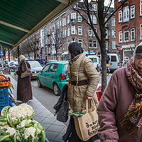 Nederland, Amsterdam, 2 februari 2016.<br /> Mona Ghadir uit de Transvaalbuurt doet boodschappen in de Pretoriastraat om falaffel te maken zoals hier bij de Turkse kruidenier Helal Et Gida<br /> <br /> Reportage of egyptian Mona Ghadir living in Amsterdam. Today she shops for ingredients and prepares typical egyptian dishes. <br /> <br /> Foto: Jean-Pierre Jans