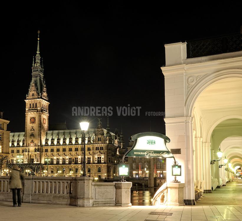 Hamburger Rathaus und Alsterarkaden am späten Abend
