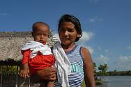 Comunidad Warao de Boca de Tigre  en el Delta Amacuro, Venezuela. Este pueblo indígena del oriente del país,  que contaba para 2001 con 36.000 habitantes aproximadamente, construyen sus hogares suspendidos sobre las aguas  para compensar los cambios de marea que vienen del mar del Caribe. Durante los años recientes conviven con la exploración petrolífera, el tráfico de drogas y la actividad turistica se lleva a  cabo actualmente en la zona, en la que habitan desde hace por lo menos 8.000 años. Venezuela,  2006. (Ramón Lepage / Orinoquiaphoto)   Warao Comunity in Boca de Tigre in the Amacuro Delta, Venezuela. This ethnic group of the east of the country, that counted in 2001 with approximate 36.000 inhabitants, constructs their homes suspended on waters to compensate the changes of tide that come from the Caribbean sea. During the recent years they coexist with the petroliferous exploration, the drug traffic and the tourist activity that  are carried out in the zone, in which they have been living for at least 8,000 years. Venezuela, 2006. (Ramon Lepage/Orinoquiaphoto)..
