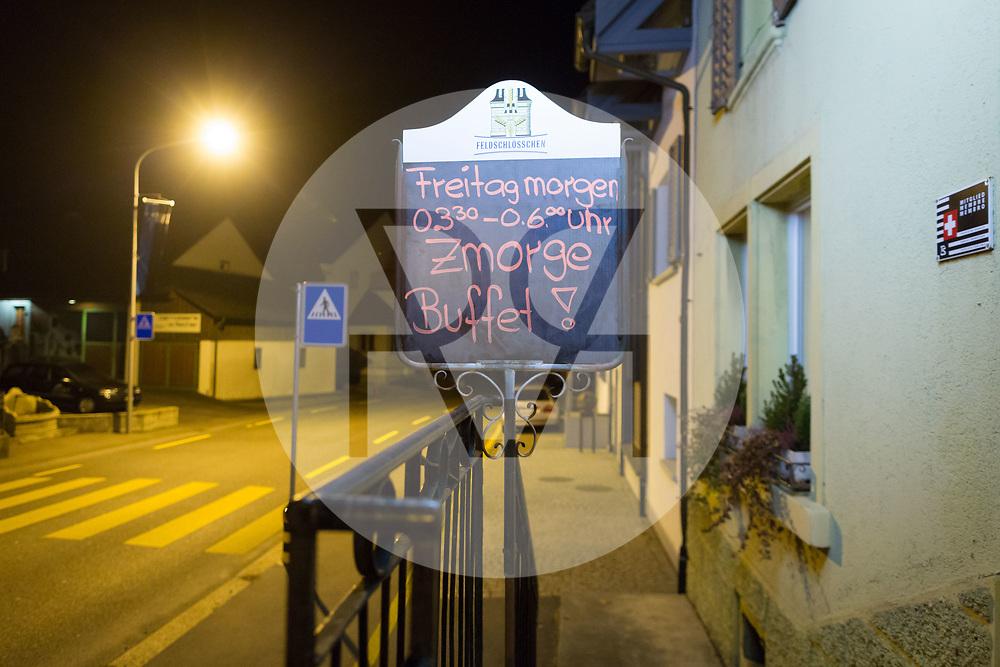 SCHWEIZ - MEISTERSCHWANDEN - Meitlitage 2018, hier die Tafel mit dem Hinweis auf das Zmorge im Restaurant Löwen - 11. Januar 2018 © Raphael Hünerfauth - http://huenerfauth.ch