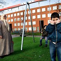 Nederland Den Haag 26 november 2008 2081126 Foto: David Rozing..Allochtoon jongetje steekt zijn middelvinger op naar de camera bij wijze van een grapje, het gedrag blijft ongecorrigeerd.   .Achterstandswijk schilderwijk is een van de 40 wijken van Vogelaar. Deze lijst van 40 Nederlandse probleemwijken is op 22 maart 2007 door Minister Ella Vogelaar van Wonen, Wijken en Integratie bekend gemaakt. De minister duidde deze wijken aan met prachtwijken. In deze wijken zullen gedurende de kabinetsperiode Balkenende IV extra investeringen worden gedaan gezien stapeling van sociale, fysieke en economische problemen die zich daar voordoen..De wijk is in de tweede helft van de 19e eeuw gebouwd. Het is een van de armste wijken in Nederland. Zo'n 87% van de 33.123 geregistreerde bewoners is van niet Westerse afkomst  met name Turks, Surinaams en Marokkaans..De Schilderswijk is rijk aan verschillende culturen die boven en naast elkaar leven. .Foto: David Rozing
