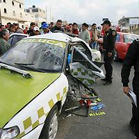 Almoloya de Juárez, Mex.- Seis personas lesionadas entre ellas dos niños y una persona muerta, el resultado final al impactarse esta tarde dos taxis en la carretera a la cabecera municipal de Almoloya. Agencia MVT / Mario Vazquez de la Torre. (DIGITAL)<br /> <br /> <br /> <br /> NO ARCHIVAR - NO ARCHIVE