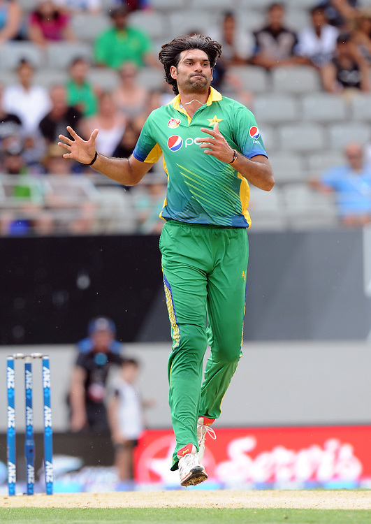 Pakistan's Mohammad Irfan reacts bowling against New Zealand in the 3rd ODI International Cricket match at Eden Park, Auckland, New Zealand, Sunday, January 31, 2016. Credit:SNPA / Ross Setford