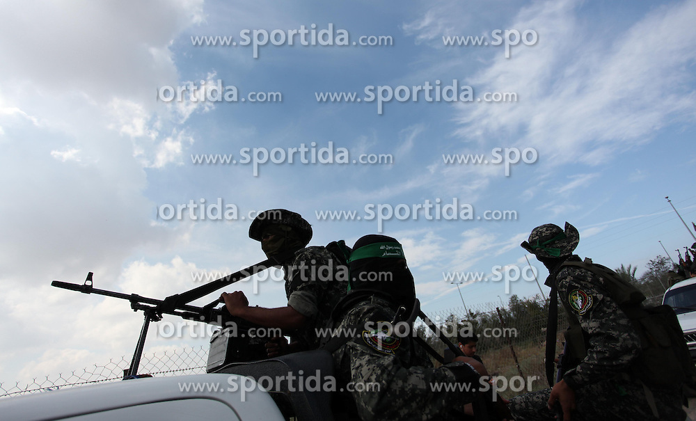10.10.2015, Deir al-Balah, PSE, Gewalt zwischen Pal&auml;stinensern und Israelis, im Bild Zusammenst&ouml;sse zwischen Pal&auml;stinensischen Demonstranten und Israelischen Sicherheitskr&auml;fte // Palestinian militants of the Ezzedine al-Qassam Brigades, Hamas' armed wing, attend the funeral of 22-year-old Jihad al-Obeid, who died in clashes with Israeli security forces near the border, in Deir al-Balah, in the center of the Gaza Strip, on October 10, 2015. Violence between Israelis and Palestinians threatened to spiral out of control after unrest spread to Gaza, the Palestinian death toll rose and a new stabbing by a 16-year-old in Jerusalem, Palestine on 2015/10/10. EXPA Pictures &copy; 2015, PhotoCredit: EXPA/ APAimages/ Ashraf Amra<br /> <br /> *****ATTENTION - for AUT, GER, SUI, ITA, POL, CRO, SRB only*****