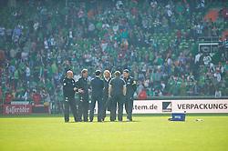 04.05.2013, Weserstadion, Bremen, GER, 1. FBL, SV Werder Bremen vs TSG 1899 Hoffenheim, 32. Runde, im Bild, von links, Thomas Schaaf (Trainer Werder Bremen), Michael Kraft (Torwart-Trainer Werder Bremen), Thomas Eichin (Geschaeftsfuehrer Sport, SV Werder Bremen), Wolfgang Rolff (Co-Trainer Werder Bremen), Matthias Hönerbach / Hoenerbach (Co-Trainer Werder Bremen) und Reinhard Schnittker (Athletiktrainer SV Werder Bremen) nach dem Abpfiff auf dem Platz// during the German Bundesliga 32nd round match between the clubs SV Werder Bremen vs TSG 1899 Hoffenheim at the Weserstadion, Bremen, Germany on 2013/05/04. EXPA Pictures © 2013, PhotoCredit: EXPA/ Andreas Gumz ***** ATTENTION - OUT OF GER *****