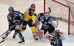 29.03.2015, Albert Schultz Eishalle, Wien, AUT, EBEL, UPC Vienna Capitals vs EHC Liwest Linz, Playoff, im Bild Curtis Murphy (EHC Liwest Linz), Danny Bois (UPC Vienna Capitals) und Michael Ouzas (EHC Liwest Linz) // during the Erste Bank Icehockey League playoff match between UPC Vienna Capitals and EHC Liwest Linz at the Albert Schultz Ice Arena, Vienna, Austria on 2015/03/29. EXPA Pictures © 2015, PhotoCredit: EXPA/ Thomas Haumer