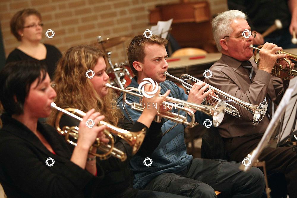 NEDERHEMERT - In het dorpshuis zijn de muzikanten druk aan het oefenen voor hun jubileumconcert. FOTO LEVIN DEN BOER / PERSFOTO.NU