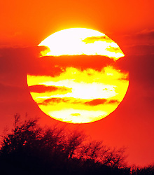 © Licensed to London News Pictures.19/04/2018<br /> BROMLEY/ORPINGTON, UK.<br /> The sun setting over South East London on the hottest April day since 1949.<br /> Photo credit: Grant Falvey/LNP