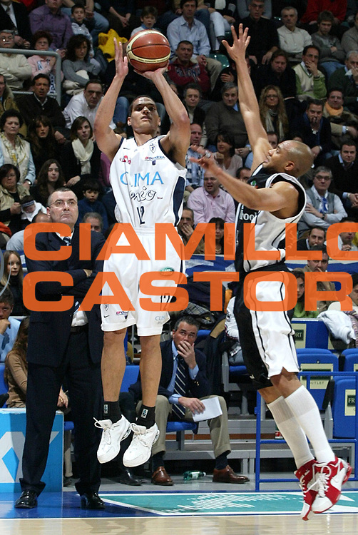 DESCRIZIONE : Bologna Lega A1 2005-06 Climamio Fortitudo Bologna Whirpool Varese<br />GIOCATORE : Green<br />SQUADRA : Climamio Fortitudo Bologna<br />EVENTO : Campionato Lega A1 2005-2006 <br />GARA :Climamio Fortitudo Bologna Whirpool Varese<br />DATA : 12/02/2006 <br />CATEGORIA : Tiro <br />SPORT : Pallacanestro <br />AUTORE : Agenzia Ciamillo-Castoria/L.Villani <br />Galleria : Lega Basket A1 2005-2006 <br />Fotonotizia : Bologna Campionato Italiano Lega A1 2005-2006 Climamio Fortitudo Bologna Whirpool Varese <br />Predefinita :
