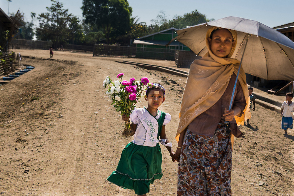 A woman and her daughter in a refugee camp near Sittwe. 2015-02-05.