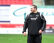Scarlets' Ken Owens during the pre match warm up<br /> <br /> Photographer Simon King/Replay Images<br /> <br /> Guinness PRO14 Round 19 - Scarlets v Glasgow Warriors - Saturday 7th April 2018 - Parc Y Scarlets - Llanelli<br /> <br /> World Copyright © Replay Images . All rights reserved. info@replayimages.co.uk - http://replayimages.co.uk