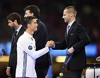 FUSSBALL  CHAMPIONS LEAGUE  FINALE  SAISON 2016/2017 Juventus Turin - Real Madrid      03.06.2017 Siegerehrung; Real Madrid feiert den Sieg der Champions League: Cristiano Ronaldo (li) Shake Hands mit dem UEFA Praesident Aleksander Ceferin (re, Slowenien)