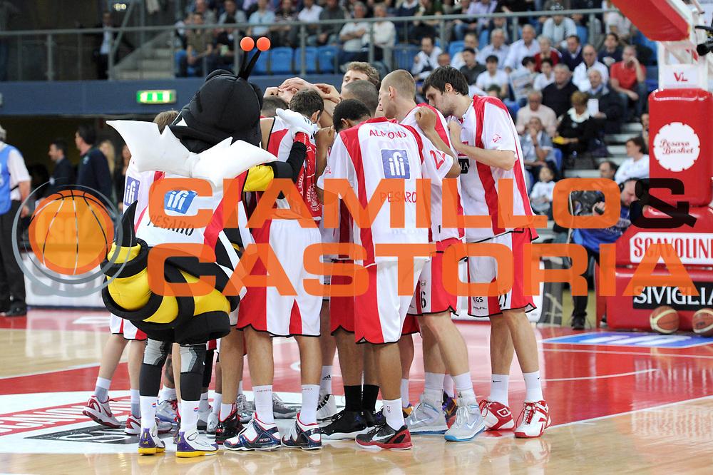 DESCRIZIONE : Pesaro Lega A 2010-11 Scavolini Siviglia Pesaro Montepaschi Siena<br /> GIOCATORE : team<br /> SQUADRA : Scavolini Siviglia Pesaro <br /> EVENTO : Campionato Lega A 2010-2011<br /> GARA : Scavolini Siviglia Pesaro Montepaschi Siena<br /> DATA : 10/04/2011<br /> CATEGORIA : team<br /> SPORT : Pallacanestro<br /> AUTORE : Agenzia Ciamillo-Castoria/C.De Massis<br /> Galleria : Lega Basket A 2010-2011<br /> Fotonotizia : Pesaro Lega A 2010-11 Scavolini Siviglia Pesaro Montepaschi Siena<br /> Predefinita :