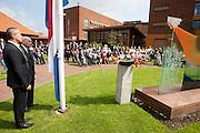 De heer Jaquet (tweede links) staat bij de vlag tijdens het Wilhelmus. In verzorgingstehuis Rumah Kita in Wageningen wordt de jaarlijkse Indië-herdenking gehouden. Op 15 augustus 1945 capituleerde Japan, maar vlak daarna begon de bersiap periode in voormalig Nederlands-Indië. Met de herdenking wordt stil gestaan bij de roerige tijd, waarbij veel Indo's het land moesten verlaten.<br /> <br /> Mister Jaquet (2nd left) is waiting near the Dutch flag during the national hymn. Residents of the nursing home for Dutch-Indonesian people Rumah Kita in Wageningen are attending a commemoration for the capitulation of Japan at the Indonesian war. After the war ended a new era started, where most of the Euro-Indonesian people had to leave the country.