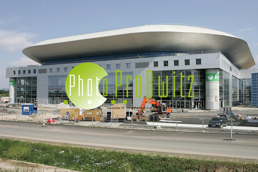 Mannheim. Gro&szlig;baustelle SAP Arena.<br />  Mit der SAP ARENA er&ouml;ffnet am 02.09.2005 nicht nur Baden-W&uuml;rttembergs gr&ouml;&szlig;te Multifunktionshalle, sondern eine der modernsten Sport- und Veranstaltungshallen Europas.<br /> <br /> Bereits die au&szlig;ergew&ouml;hnliche und innovative Architektur, die neben der anspruchsvollen Fassade aus Glas und Aluminium vor allem durch ihre imposante Dachkonstruktion besticht, l&auml;sst auf das exklusive Interieur des Gro&szlig;projekts schlie&szlig;en, dessen Namensgeber das Walldorfer Unternehmen SAP ist.<br /> <br /> Die SAP ARENA wird die neue Heimat des Rekordmeisters der Deutschen Eishockey Liga (DEL), der Mannheimer Adler. Die zahlreichen Fans der Adler freuen sich auf den Umzug vom altehrw&uuml;rdigen Friedrichspark in den neuen Eishockey-Tempel. Auch die SG Kronau/&Ouml;stringen wird ihre Heimspiele in der SAP ARENA austragen.<br /> <br /> Dank modernster Technik ist die Verwandlung von einem Eisstadion in ein Handballfeld, eine Konzerthalle oder auch Theaterb&uuml;hne problemlos und innerhalb k&uuml;rzester Zeit m&ouml;glich. Somit unterstreicht die SAP ARENA nicht nur Mannheims Position als Standort f&uuml;r Spitzen-Eishockey, sondern stellt &uuml;berdies einen bedeutenden Image- und Wirtschaftsfaktor dar, der bereits wenige Wochen nach der Er&ouml;ffnung internationale Stars wie Sir Elton John oder David Copperfield nach Mannheim bringt.<br /> <br /> Die SAP ARENA pr&auml;sentiert sich aber nicht nur als moderne Sporthalle und Entertainment-Location, sondern ist zugleich ein idealer Veranstaltungsort f&uuml;r Events, Kongresse, Tagungen und Messen. Neben ihrer gro&szlig;en Nutzfl&auml;che von 44.200 Quadratmetern verf&uuml;gt die Multifunktionshalle &uuml;ber zahlreiche Konferenzr&auml;ume, ausgestattet mit dem jeweils ben&ouml;tigten technischen Equipment sowie diversen Gastronomieeinrichtungen, die f&uuml;r jeden Anlass das passende Ambiente gew&auml;hrleisten.<br /> <br /> Auch die Infrastruktur