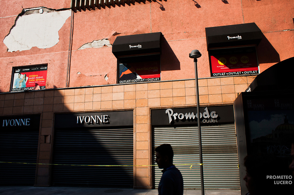 Un hombre camina frente a una tienda de modas dañada en Palma y Venustiano Carranza, el 26 de octubre de 2017 // A man walks on front of a damaged fashion store in Palma and Venustiano Carranza on October 26th, 2017. (Prometeo Lucero)