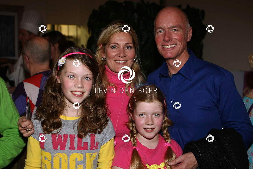 OVERVEEN - In de Orangerie waren bekende Nederlanders uitgenodigd om bij de CD Presentatie van K3 aanwezig te zijn. Met op de foto Ferdi Bolland met vrouw Marjon en hun twee dochters. FOTO LEVIN DEN BOER / PERSFOTO.NU