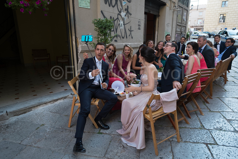 On the weekend the churches of the old town are a theater of many weddings, this group takes the time of an aperitif and of the selfish selfie to share, then go to the wedding party